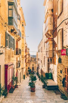 This quick food guide to Valletta & Malta helps you to navigate through the many cafes and restaurants on this beautiful island in the Mediterranean Sea Malta Restaurant, Malta Food, Malta Beaches, Places To Travel, Places To Visit, Beautiful Sunrise, Mediterranean Sea, City Streets, Europe