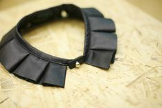 COLLAR *easy way to sharpen up a blouse/shirt? Neck Collar, Collar And Cuff, Collar Necklace, Leather Collar, Fashion Details, Diy Fashion, Faux Col, Do It Yourself Baby, Diy Vetement