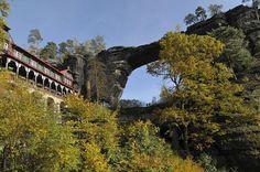 Die größte natürliche Sandstein - Felsbrücke Europas liegt in der Sächsisch-Böhmischen Schweiz.