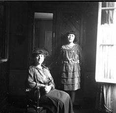 [Portrait de Gabrielle Jouenne avec sa fille]. [1920]-[1923]. #MusHalloween Animation, Portrait, Fictional Characters, Collection, Daughter, Headshot Photography, Portrait Paintings, Animation Movies, Fantasy Characters