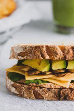 Aprende estos 4 tips que te van a ayudar a convertir los sandwiches una comida extraordinaria. #sandwich #sandwichvegetariano #recetasvegetarianas #recetassaludables #pandemasamadre Sandwiches, Cheddar, Food, Vegetarian, Vegetarian Recipes, Healthy Recipes, Lunches, Dinners, Leaf Vegetable