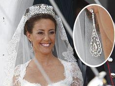 Marie er til enkle smykker og pynter sig ikke med store accessories. Se billederne af hendes smykker og diskrete sko
