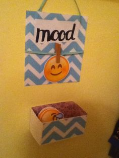 This is an emoji current mood display, all you need is. background paper emojis (Cut out) and Clip Cute Crafts, Crafts To Do, Crafts For Kids, Diy Crafts, Emoji Bedroom, Diy Locker, Locker Ideas, Emoji Craft, Locker Decorations