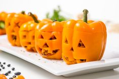 Your Halloween dinner party guests will turn into ravenous monsters when you bring these orange jack-o'-lantern stuffed bell peppers to the table. Monster Cake Pops, Halloween Dishes, Halloween Snacks, Halloween Ideas, Halloween Party, Stuffed Peppers With Rice, Chicken And Brown Rice, Cute Food, Food Dishes