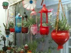 Macetas con Botellas de Plástico. | ♻Hacer Macetas Recicladas ♻ - Y Decoradas para Tu Jardín E Interiores, tecnicas de Jardineria y huerta urbana. Aprende a para que sirven y cómo usar las Plantas Medicinales , todo esto y mucho mas en HacerMacetas.com Flower Planters, Diy Planters, Hanging Planters, Planter Pots, Tire Garden, Bottle Garden, Plant Art, Plant Decor, Cute Doodle Art