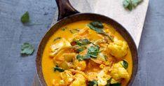 """""""Hurry curry"""" -kukkakaalicurry on kasvisruoka, joka valmistuu kätevästi kiireessäkin. Maukas curry saa pehmeyttä kookoksesta ja väriä pinaatista sekä korianteri Food Goals, Eating Well, Thai Red Curry, Food And Drink, Health Fitness, Keto, Ethnic Recipes, Drinks, Beverages"""