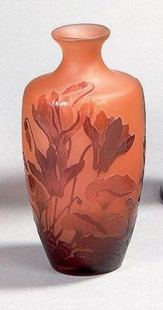 GALLÉ Émile (1846-1904)  Vase balustre à col épaulé en verre multicouche, à décor de cyclamens brun-rouge dégagé à l'acide sur fond rosé opalescent. Signé. Hauteur : 15,1 cm - Estimate 800 - 1000 €