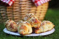 Buttermilk horn filled with remonce (in Danish) Food N, Good Food, Food And Drink, Danish Food, Bread And Pastries, Healthy Snacks For Kids, Kitchen Recipes, Bread Baking, Cake Recipes