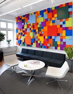 Uma parede divertida e moderna. Combine com móveis neutros para equilibrar o ambiente.