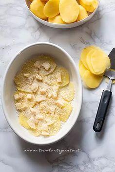 alternare a strati le patate sottili - Ricetta Parmigiana di patate - Ricetta Parmigiana di patate