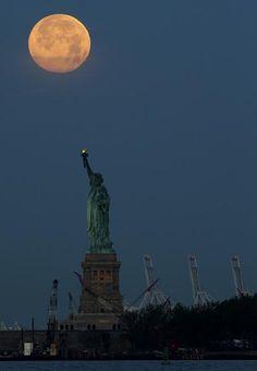 La luna baña de luz la Estatua de la Libertad en Nueva York. Foto: AP