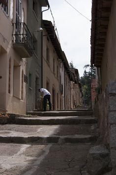 A l'entrada del poble ens trobem amb el Carrer Nou de Viladrau. Si tot el poble es concentra al casc antic al voltant de l'Església, aquest carrer es troba més lluny per ser edificat al segle XVII; les cases, les més noves del poble, conserven la seva estructura original.