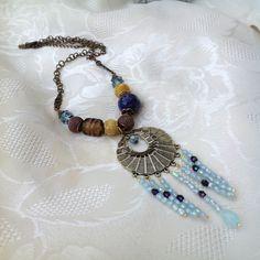 Collier, pendentif rond évidé, métal filigrané, bleu, bronze, doré, verre, pâte polymère