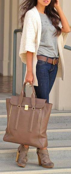 Chaleco blanco mangas 3/4 jeans azul polera gris, cinturón ,botines y cartera color tostado.