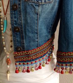 Mini irridescent multi colored tassels embellished boho chic bohemian inspired one of a kind upcycled eco friendly denim jacket Mini-irisierende / mehrfarbige Quasten, verziert, BoHo Chic, böhmisch inspiriert, einzigartig – Nevin Yıldız – Join the Boho Chic, Hippie Chic, Bohemian Mode, Bohemian Style, Bohemian Gypsy, Diy Clothing, Sewing Clothes, Denim Fashion, Boho Fashion