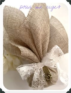 Μπομπονιερα, λινατσα Burlap Wedding Favors, Wedding Favor Bags, Wedding Favors For Guests, Wedding Gifts, Sewn Christmas Ornaments, Bridal Handbags, Communion Favors, Burlap Bags, Mermaid Baby Showers