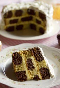 """Torta Damero - """"El Damero"""", torta que me sigue pareciendo tan mágica como en mi niñez. Clásicamente este pastel tiene relleno y cubierta de crema de chocolate. Pero, como los días están cálidos, preferí cambiar esa crema por otra  de naranjas, más fresca y cubrirlo con merengue"""