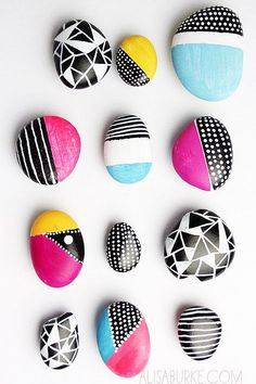 Beautiful painted pebbles. Lovely craft to do with the children this summer.
