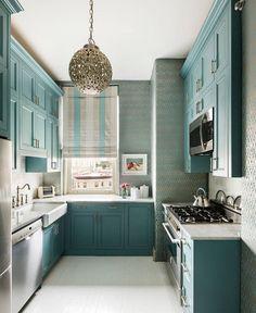 Mutfakta klasik renklerden çıkmak istiyorsanız, işte size cesur bir öneri. Turkuaza çalan bu mavi yeşil ton, iç açıcı bir mutfak yaratmamış mı? #dekorasyon #dekorasyonfikirleri #dekorasyonönerisi #mutfakdekor #mutfakdekorasyon #mutfakstyle #marifetix #marifetix.com #evdekorasyon