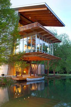 Le studio Holly & Smith Architectes de la Louisiane a conçu une maison durable qui est la quintessence de la détente et du repos. Un environnement sereinqui surplombe un étang calme bordée d'imposants chênes.