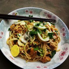 Nan Gyi Thoke. . (Noodle with chicken-salad style)