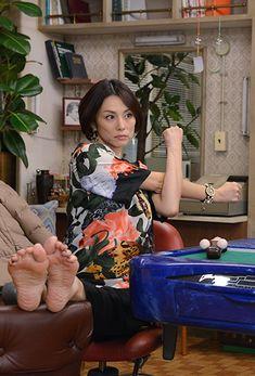 テレビ朝日「ドクターX ~外科医・大門未知子~」番組サイト。「私、失敗しないので。」米倉涼子主演の大ヒット・ドラマ『ドクターX』、世界へ!200カ国配信を背負って待望の新シリーズがこの秋、登場!!2017年10月スタート! Actress Feet, Girl Soles, Flexible Girls, Curvy Girl Lingerie, Teen Girl Poses, Beautiful Old Woman, Barefoot Girls, Cute Japanese Girl, Gorgeous Feet
