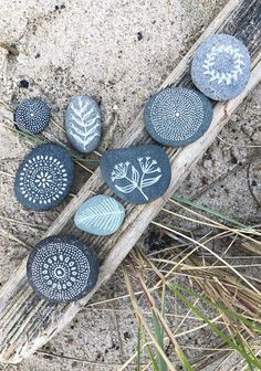 Hej Hanse: Bemalte Steine, die uns an Sommerferientage in Dänemark erinnern The Effective Pictures We Offer You About stone sculpture A quality picture can tell you many things. Pebble Painting, Dot Painting, Pebble Art, Stone Painting, Stone Crafts, Rock Crafts, Diy And Crafts, Painted Rocks Craft, Hand Painted Rocks