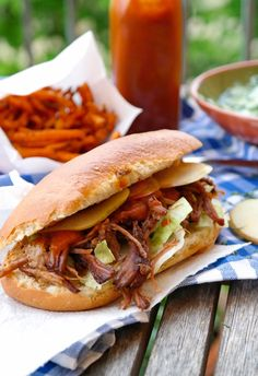 Pulled beef sandwich à la street food- Burgers are out! Here& a simple home-made recipe for a Pulled Beef Sandwich that can easily handle a lot of street food sandwiches! Grilling Recipes, Veggie Recipes, Beef Recipes, Fast Recipes, Summer Recipes, Sandwiches, Hamburgers, Baguette Sandwich, Roast Beef Sandwich