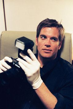 "Michael Weatherly  como o  Agente Especial Sênior Anthony ""Tony"" DiNozzo - NCIS."