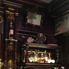 My favorite corner of Rules. Established in 1798 it's been in this #CoventGarden house since. #rulesrestaurant #london #londonlife #londonlifeinc #thelondonlifeinc #londonsnaps #americaninlondon #expatlife #visitlondon #classiclondon #igerslondon
