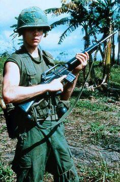 Kevin Dillon in Platoon Vietnam History, Vietnam War Photos, Vietnam Veterans, My War, Indochine, American Soldiers, War Machine, Cold War, Military History