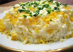 """Салат """"Марсель"""" с курицей и черносливом, вам понадобится: филе курицы – 3 шт. сыр твердый – 300 г яйца куриные – 6 шт. сладкий чернослив без косточек – 1 ст. чеснок – 1 зубчик пряная морковка по-корейски – 300 г немного истолченные грецкие орехи – 0,5 ст. майонез – 500 г соль – по вкусу черный перец – по вкусу петрушка – 1 пучок"""