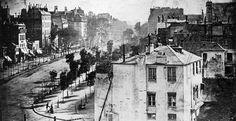1839 à Paris Boulevard du Temple. Le cliché est anodin et pourtant il s'agit de la plus ancienne photo (un daguerréotype) de Paris. Le cliché semble avoir été pris depuis l'actuelle caserne Vérines, située place de la République. la photo représente une rue particulièrement  fréquentée, cependant le temps d'exposition pour les photos de l'époque étant supérieure à 10 minutes, les passants en mouvement n'ont pas eu le temps d'imprégner le film sauf un homme en bas à gauche, voir photo…
