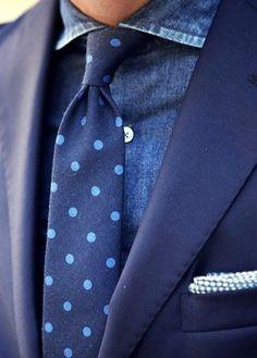 Tragen Sie ein Dunkelblaues Sakko und ein Dunkelblaues Chambray Businesshemd, um vor Klasse und Perfektion zu strotzen.