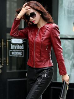 40 Red Leather Jacket Seriously You Will Love This For Winter Frau mit schicker Lederjacke Buy Leather Jacket, Winter Leather Jackets, Leather Jacket Outfits, Leather Pants, Coats For Women, Jackets For Women, Clothes For Women, Leather Fashion, Red Leather