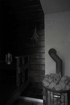 Jee, vihdoinkin Pömpelin sauna on valmis! Vedettiin viimeiset mustat Teknoksen Satu-saunavahat ja saunasuojat pintaan ja tänään päästää...