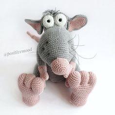 Toys Patterns website Crochet plush animal amigurumi pattern Gray rat to create do-it-yourself soft toy Crochet Hedgehog, Crochet Hippo, Knit Or Crochet, Crochet Toys, Crochet Animal Patterns, Stuffed Animal Patterns, Diy Stuffed Animals, Amigurumi Patterns, Knitted Animals