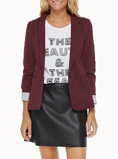 Exclusivité Twik     Un souple veston polyvalent qui s'agence aussi bien avec une jupe qu'un jeans   Doux jersey chiné sur fine doublure lustrée mini rayures doubles   Bouton solo devant   Poches en trompe-l'oeil devant    Le mannequin porte la taille petit
