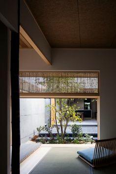 彦根の家: 井上久実設計室が手掛けた寝室です。