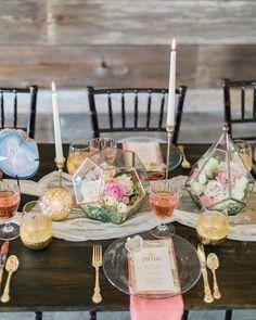 Desejo do momento: terrários como centro de mesa! O resultado fica chique e diferente.  #decoração #centrodemesa #casamento #casamenteiras by casamenteiras