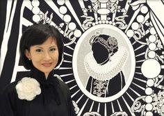 In Hongkong geborgen, studierte die Künstlerin Annysa Ng in New York und Stuttgart. Ihre Arbeiten, häufig in Schwarz-Weiß, spiegeln sowohl ihre Herkunft als auch den Kontrast zwischen Osten und Westen.
