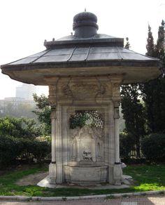 II.Abdülhamit çeşmesi/Maçka/İstanbul/// İTÜ İşletme Fakültesi'nin karşısında yer alır. II. Abdülhamit tarafından 1901'de İtalyan mimar Raimondo d'Aronco'ya yaptırılmıştır. 1957 yılındaki yol genişletme çalışmaları sırasında, asıl yeri olan Nusretiye Camii önünden sökülen çeşme, bugünkü yerine Maçka Demokrasi Parkı'nın girişine taşınmıştır.