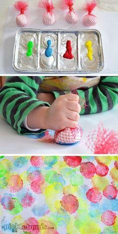 Utilizando las temperas y un objeto con forma de círculo los niños pueden hacer en un folio círculos de diferentes colores mojando el objeto en las temperas.