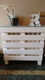 radiator cover made with pallets Pallet Furniture Designs, Diy Furniture, Diy Pallet Projects, Home Projects, Modern Radiator Cover, Caribbean Decor, Diy Kitchen Island, Decoration, Home Furnishings