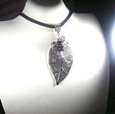 FETES 2014 Pendentif composé de pierres semi-précieuses de cristal de roche et onyx noir sur grande breloque feuille en argent : Collier par lapassiondisabelle
