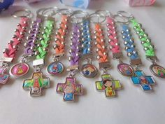 Souvenirs Llaveros Denarios, P/comunion Bautismo Dije Porfis - $ 25,00 Pram Charms, Baby Shower Souvenirs, Diy Keychain, Baby Shower Gifts For Boys, Tutus For Girls, Make And Sell, Girly Things, Jewelry Making, Pink And Gold