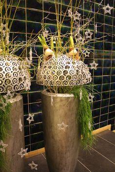 Bodenvase mit Weihnachtsdekoration  - opulent vase with christmas decoration