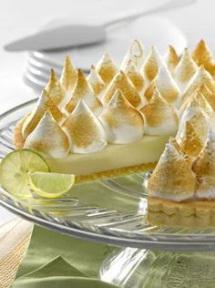 Lemon pie, my favorite dessert since I was With a smooth taste meringue on the top and a sour cream below, delicious. Profiteroles, Sweet Recipes, Cake Recipes, Ceviche, Chilean Recipes, Chilean Food, Delicious Desserts, Yummy Food, Pan Dulce