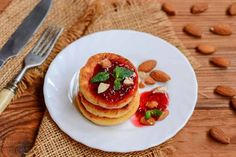 Fried cottage cheese pancakes with berry jam, almonds and mint on a white plate. Low Carb Desserts, Low Carb Recipes, Healthy Recipes, Keto Breakfast Smoothie, Breakfast Recipes, Cottage Cheese Pancakes, Keto Pancakes, Baked Ricotta