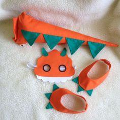 10 KITS CONTENDO RABO+MÁSCARA+POLAINAS Ao efetuar a compra, favor informar a cor desejada RABO DE DINOSSAURO Confeccionado em tricoline enchimento de fibra antialérgica e fivela plástica para regulagem na cintura, tem um cinto de 60cm com fivela plástica para ajuste na cintura da criança... Sewing Projects For Kids, Sewing For Kids, Diy For Kids, Sewing Crafts, Crafts For Kids, Dinosaur Birthday Party, 3rd Birthday Parties, Diy Dinosaur Costume, Felt Crafts